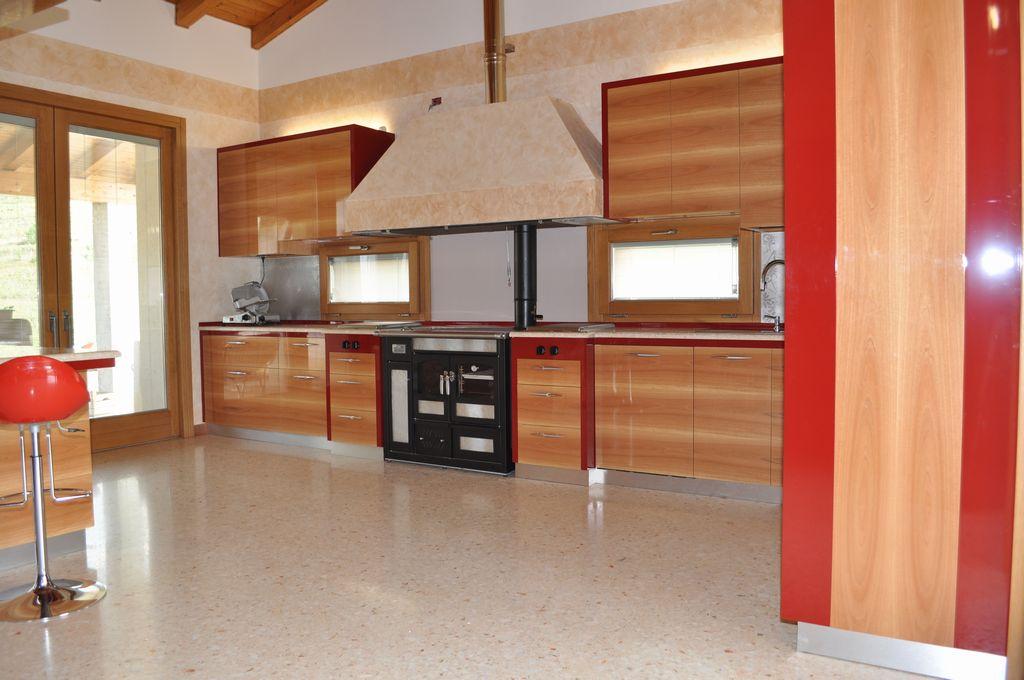 Cucina in noce nazionale mobili arredamenti serramenti cucine su misura verona vicenza san - Mobili noce nazionale ...