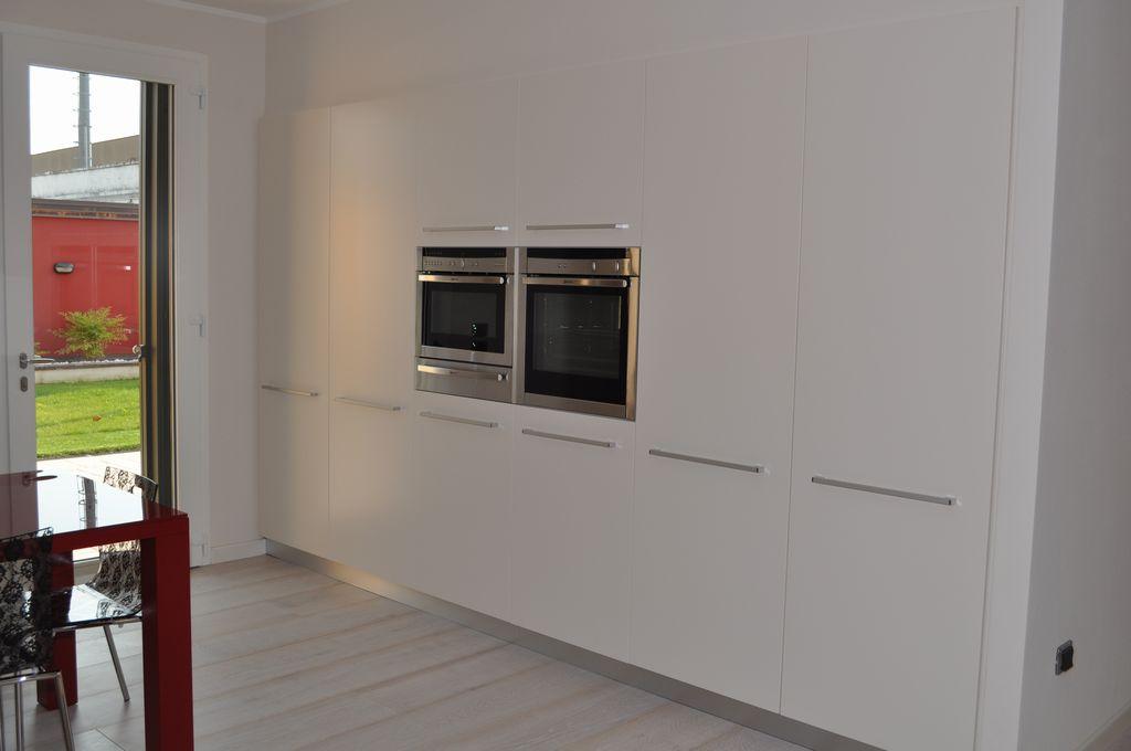Cucina bicolore mobili arredamenti serramenti cucine su - Cucina incassata ...