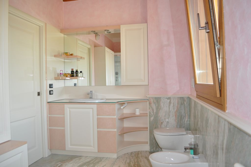 Bagno rosa mobili arredamenti serramenti cucine su - Bagno con greca ...