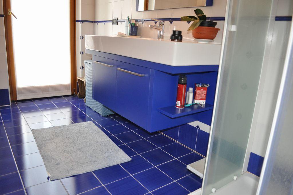 Bagno blu mobili arredamenti serramenti cucine su misura for Mobile bagno blu