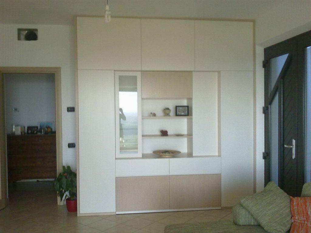 Armadi mobili arredamenti serramenti cucine su misura for Armadio guardaroba da soggiorno